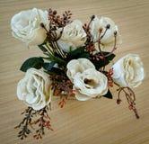 Plast- blommar på tabellen royaltyfri fotografi
