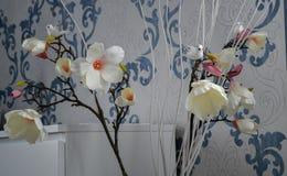 Plast- blommor är också en sammansättning royaltyfria foton
