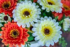 Plast-blommor tre blommor Arkivbild