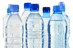 Plast- buteljerar av mineralvatten som isoleras på vit Arkivfoton