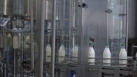 Plast- buteljerar fyllning med mjölkar Mjölka produktionslinjen lager videofilmer