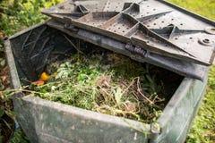 Plast- composter i en trädgård Arkivfoton