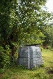 Plast- composter i en trädgård Arkivbild