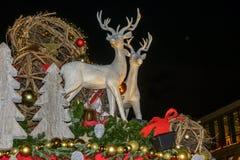 Plast- deers på stalltaket på Xmas marknadsför tid Royaltyfri Foto