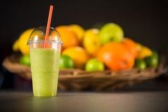 Plast- exponeringsglas som går, av den nya gröna smoothien Royaltyfri Foto
