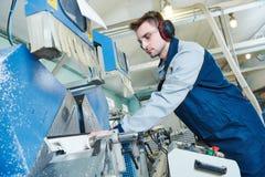 Plast- fönster och dörrtillverkning Arbetare som klipper PVC-profil royaltyfria bilder