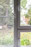 Plast- fönster vertikalt arkivbild