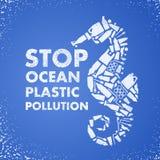 Plast- förorening för stopphav Ekologisk affischHav-häst som komponeras av den vita plast- förlorade påsen, flaska på blå bakgrun royaltyfria bilder