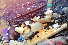 Plast- förorening i havet royaltyfri foto