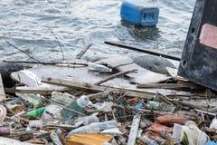 Plast- förorening på vatten som skadar miljön Arkivfoto