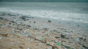 Plast- föroreningstrand Tung hög av avskräde i asiatiska länder Ekologikatastrof V?rldskatastrof stock video