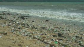Plast- föroreningstrand Tung hög av avskräde i asiatiska länder Ekologikatastrof V?rldskatastrof lager videofilmer