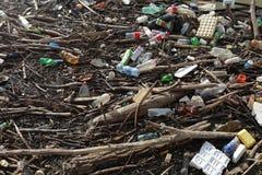 Plast- f?rorening av floden i stadsomr?de av staden royaltyfria bilder