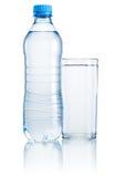 Plast- flaska och exponeringsglas av dricksvatten som isoleras på vitbac Arkivfoto