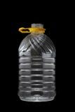 Plast- flaska som isoleras på svart royaltyfri bild