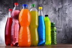 Plast- flaskor av blandade kolsyrade läsk royaltyfria bilder