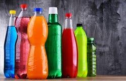 Plast- flaskor av blandade kolsyrade läsk arkivbilder
