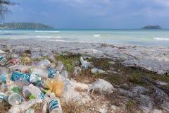 Plast-flaskor, avskräde och avfalls på stranden av Koh Rong, Ca Arkivbilder