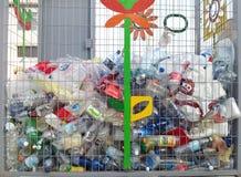 Plast-flaskor i återvinningbehållare Fotografering för Bildbyråer