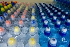 Plast-flaskor med mång--färgade lock royaltyfri fotografi