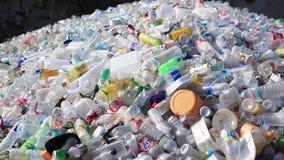 Plast-flaskor och annan kasserar 1920x1080 arkivfilmer