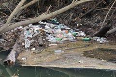 Plast- flaskor och avfall som ackumulerar i en liten vik i North Carolina fotografering för bildbyråer
