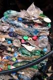 Plast-flaskor på högen som är klar att få återanvänt Återvinning av gamla plast- flaskor Hög av packat och återvinning Arkivfoton