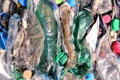 Plast-flaskor på högen som är klar att få återanvänt Återvinning av gamla plast- flaskor Hög av packat och återvinning Fotografering för Bildbyråer