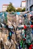 Plast-flaskor på högen som är klar att få återanvänt Återvinning av gamla plast- flaskor Hög av packat och återvinning Arkivbild