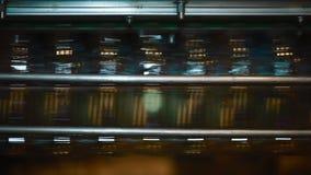 Plast-flaskor på transportören och vatten som buteljerar maskinbransch arkivfilmer