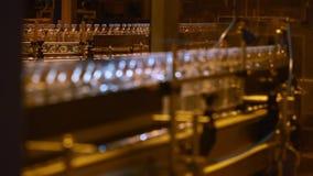 Plast-flaskor på transportören och vatten som buteljerar maskinbransch stock video