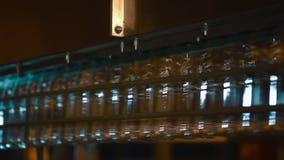 Plast-flaskor på transportören och vatten som buteljerar maskinbransch lager videofilmer