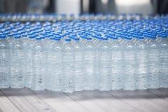 Plast-flaskor på transportbandet Royaltyfri Foto