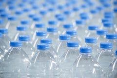 Plast-flaskor på transportbandet Fotografering för Bildbyråer