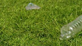 Plast- flaskor p? gr?set arkivfilmer