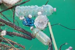 Plast-flaskor som förorenar Arkivbild