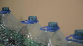 Plast- flasktillverkningslinje Plast- stöpning som buteljerar fabriken Mellanrum av plast- flaskor i fabriken arkivfilmer