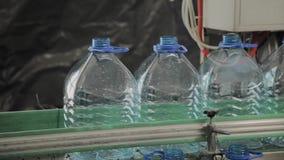 Plast- flasktillverkningslinje Plast- stöpning som buteljerar fabriken Mellanrum av plast- flaskor i fabriken stock video