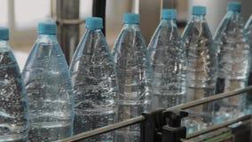 Plast- flasktillverkningslinje Plast- stöpning som buteljerar fabriken Mellanrum av plast- flaskor i fabriken lager videofilmer