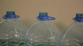 Plast- flasktillverkningslinje Plast- st?pning som buteljerar fabriken Mellanrum av plast- flaskor i fabriken lager videofilmer