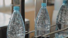 Plast- flasktillverkningslinje Plast- st?pning som buteljerar fabriken Mellanrum av plast- flaskor i fabriken stock video
