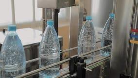 Plast- flasktillverkningslinje Plast- st?pning som buteljerar fabriken Mellanrum av plast- flaskor i fabriken arkivfilmer