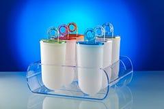 Plast- former för glasslollyform står på den plexiglas ställningen Royaltyfria Foton