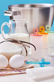 Plast- former för glasslollyform står på den plexiglas ställningen, ingredienser för att laga mat Fotografering för Bildbyråer