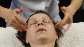 Plast- framsidamassage i brunnsortsaton kvinnan tycker om servicen av en yrkesmässig massageterapeut 4K arkivfilmer