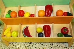 Plast- frukt som spelar i förskole- barn Arkivfoton