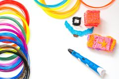 Plast- glödtrådar för färgrik regnbåge med för pennan som 3D lägger på vit Ny leksak för barn målningar 3d och diagram med deras  Fotografering för Bildbyråer