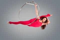 Plast- härlig flickagymnast på den akrobatiska cirkuscirkeln i kött-färgad dräkt royaltyfria foton