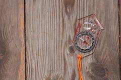 Plast- kompass över en träbakgrund Arkivfoto
