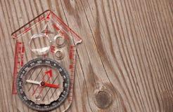 Plast- kompass över en träbakgrund Arkivfoton